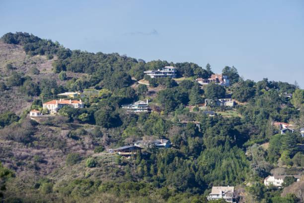 blick auf die häuser in los altos hills, south san francisco bay, kalifornien - süd kalifornien stock-fotos und bilder
