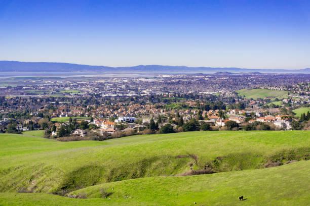 blick auf die städte east san francisco bay vom wanderweg nach mission peak, kalifornien - süd kalifornien stock-fotos und bilder