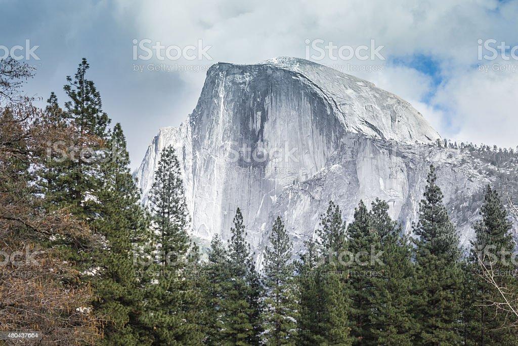 Vista de Yosemite cúpula de mitad del valle monumento - foto de stock