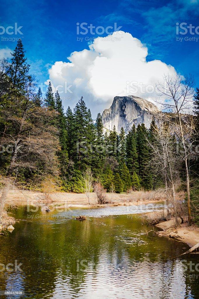 Vista de Yosemite cúpula de mitad del valle del río Merced - foto de stock