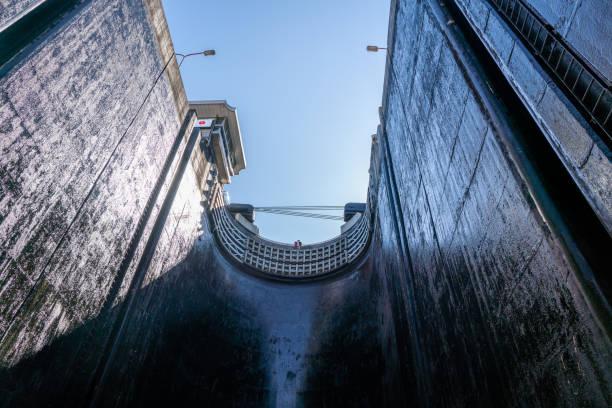 view upwards inside the very deep lock of the barrapatelo dam on river douro in portugal - fotos de barragem portugal imagens e fotografias de stock