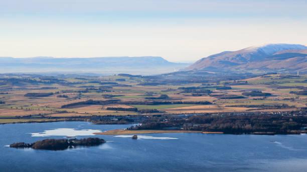 ansicht west von der lomond hügel in richtung kinross, loch leven und fernen ochil hills, fife, schottland - see loch leven stock-fotos und bilder