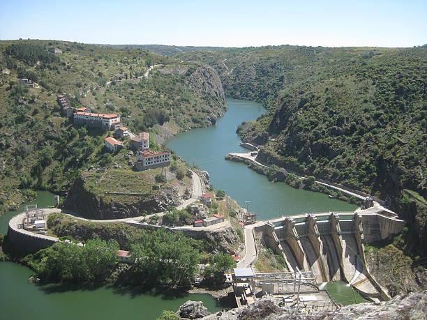 view with a dam - fotos de barragem portugal imagens e fotografias de stock