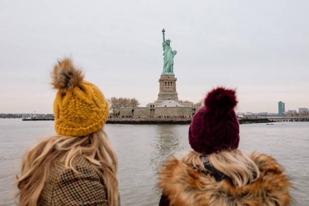 besichtigung der freiheitsstatue - sightseeing in new york stock-fotos und bilder