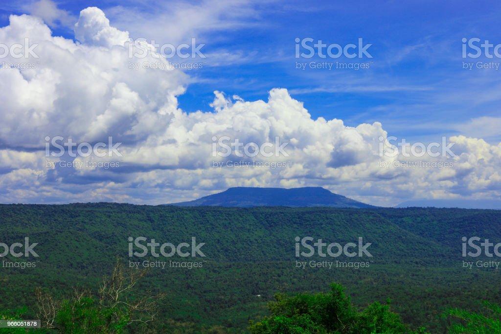 synvinkel och den långa bergen på Chulabhorn Dam, Chaiyaphum THAILAND - Royaltyfri Asien Bildbanksbilder