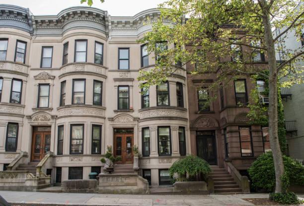 Ansichten der klassischen Brownstone Wohnungen & Außenbereich im Stadtteil Park Slope in Brooklyn – Foto