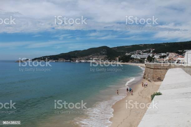 Widok Na Plażę Sesimbra I Twierdzę Wiosną W Portugalii - zdjęcia stockowe i więcej obrazów Plaża