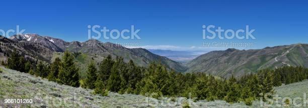 Utsikt Över Tooele Från Oquirrh Bergen Längs Wasatch Front Klippiga Bergen Av Kennecott Rio Tinto Koppar Gruva Undersöker Tooele Av Stora Saltsjön Under Våren Utah Usa-foton och fler bilder på Alpine - Utah
