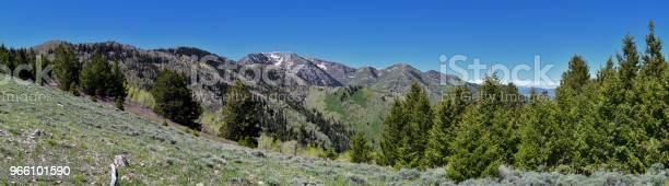 Ansichten Der Tooele Aus Dem Oquirrh Gebirge Entlang Der Wasatch Front Rocky Mountains Durch Kennecott Rio Tinto Copper Mine Suchen In Tooele Durch Den Großen Salzsee Im Frühjahr Utah Usa Stockfoto und mehr Bilder von Alpine - Utah