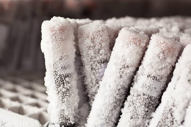 frozen viles di campioni di sangue coperta di gelo - criobiologia foto e immagini stock