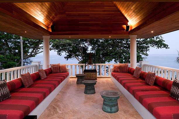 balkon einer villa in phuket mit roten kissen - veranda decke stock-fotos und bilder