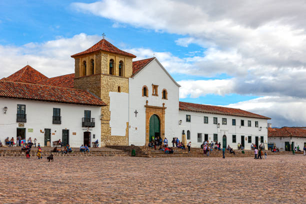 Villa de Leyva, Kolumbien - Kirche auf dem Hauptplatz der historischen Kolonialstadt aus dem 16. Jahrhundert, wie von der nördlichen Ecke aus gesehen, Am Nachmittag Sonnenlicht – Foto