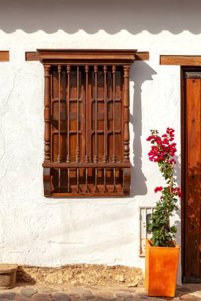 Villa de Leyva, Kolumbien - Koloniales architektonisches Detail: Ein traditionelles antikes Fenster im Morgensonnenschein. Keine Menschen. – Foto