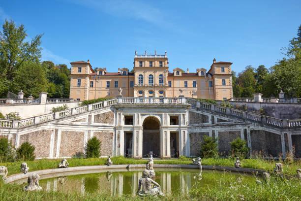 Villa della Regina, Palacio de la reina con jardín y fuente italiana en un día soleado en Turín, Italia - foto de stock