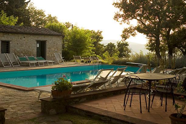 villa mit pool in chianti, italien bei sonnenuntergang - ferienhaus toskana stock-fotos und bilder
