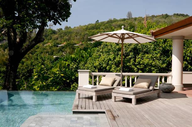 villa phuket resort hotel-swimmingpool - outdoor sonnenschutz stock-fotos und bilder