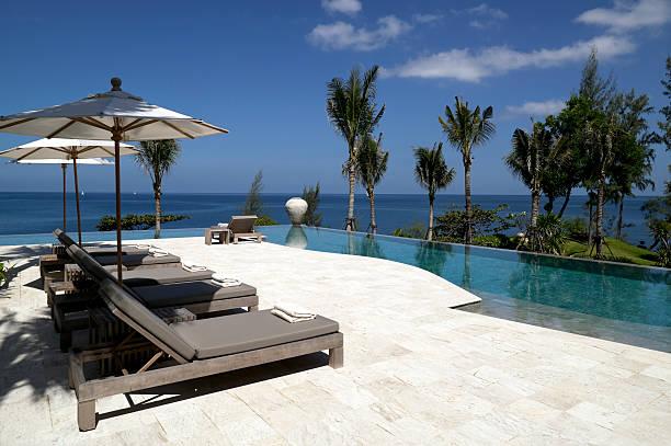 pool beach house-villa am wasser - ferienhaus thailand stock-fotos und bilder