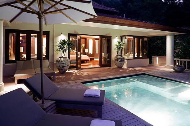 villa mit pool in phuket - ferienhaus thailand stock-fotos und bilder