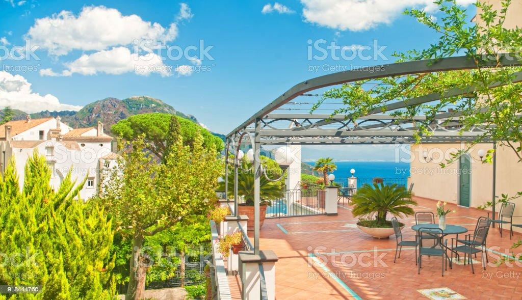 Terraza Con Mesa Y Flores Con Vistas A Mar Y Montaña De