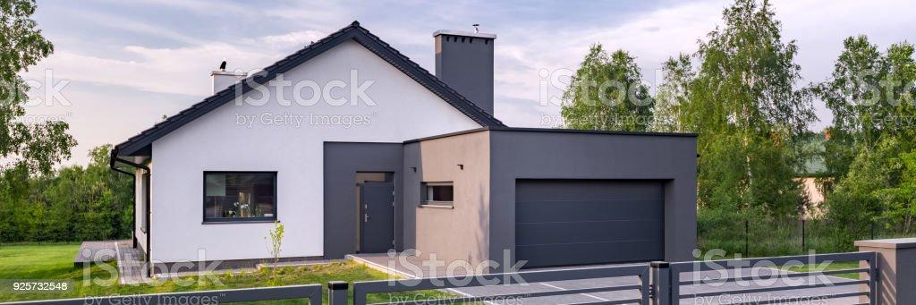Villa Mit Zaun Und Garage Stock Fotografie Und Mehr Bilder Von