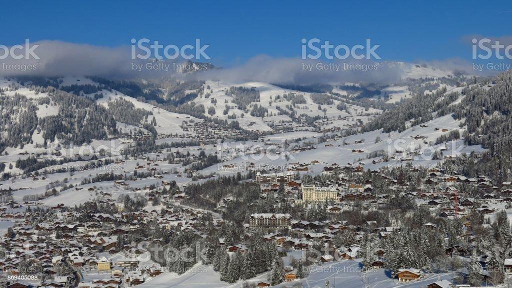 Dorf und Ferienort Gstaad von Neuschnee bedeckt. Winter-Szene in der Schweiz. – Foto