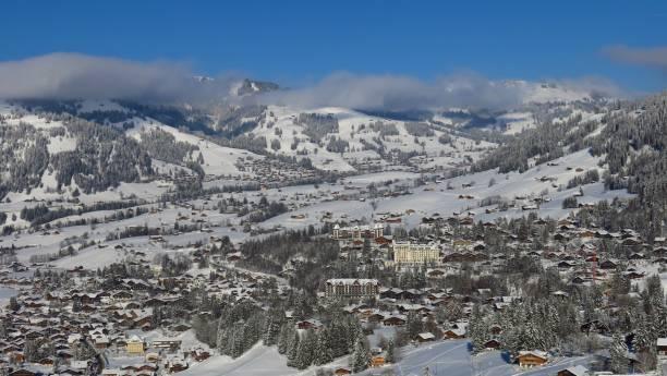 dorf und ferienort gstaad von neuschnee bedeckt. winter-szene in der schweiz. - hotel bern stock-fotos und bilder
