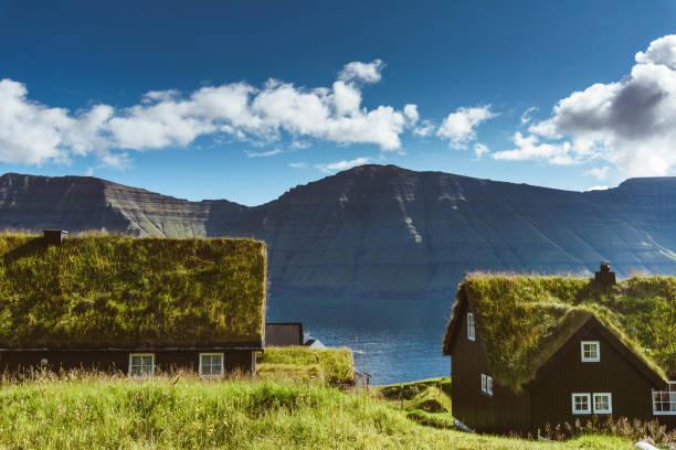 dorp op saksun met gras op het dak - faeröer stockfoto's en -beelden
