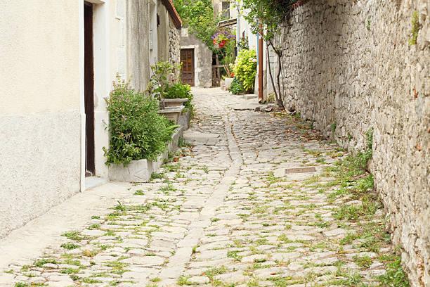 village historischen Kopfsteinpflaster alley mit Wand in Kroatien – Foto