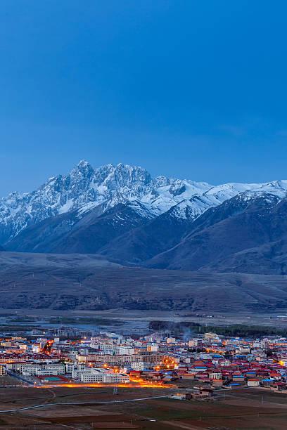 village inclose mountain a famous landmark in ganzi - ganzi tibet özerk bölgesi stok fotoğraflar ve resimler