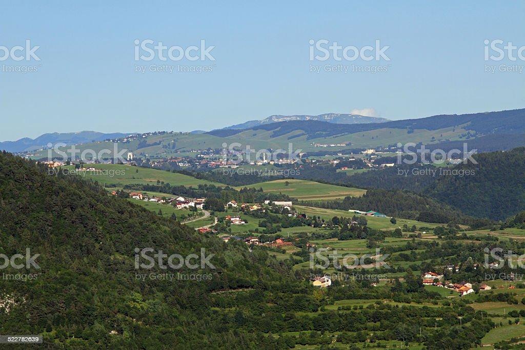 Villaggio di Asiago con il monumento Ossario - foto stock