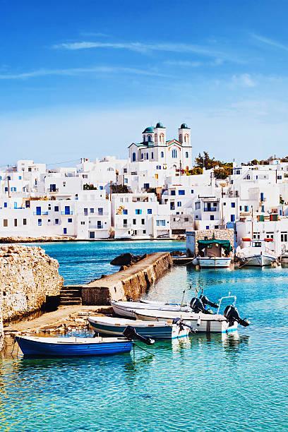 village de naoussa, paros île, grèce - grece photos et images de collection