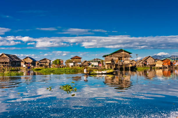 a village on the inle lake - burma home do zdjęcia i obrazy z banku zdjęć