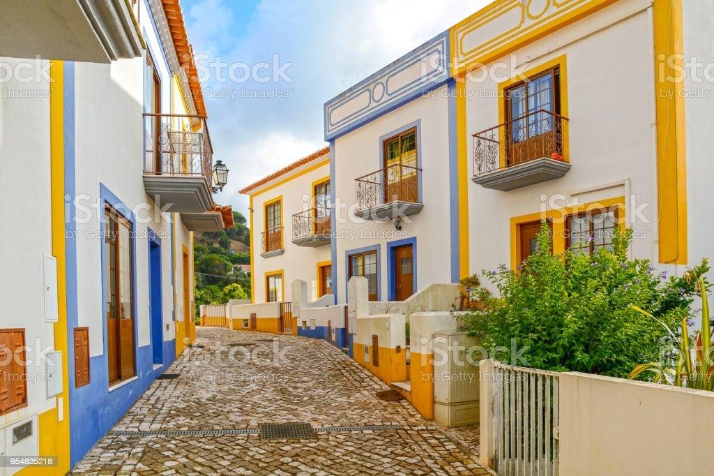 Dorfstraße mit Wohngebäude in der Stadt von Bordeira in der Nähe von Carrapateira, Gemeinde von Aljezur, Bezirk Faro, Algarve Portugal – Foto
