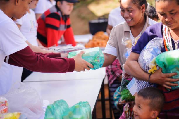 MAE HAE NOI OMKOI CHIANG MAI THAILAND - 10. Januar 2019: Dorfbewohner und Kinder erhalten Spenden von Lebensmitteln und Geschirr aus Freiwilligen bei der jährlichen Kinder-Tages-Veranstaltung in Omkoi Bezirk Chiang Mai, Thailand – Foto