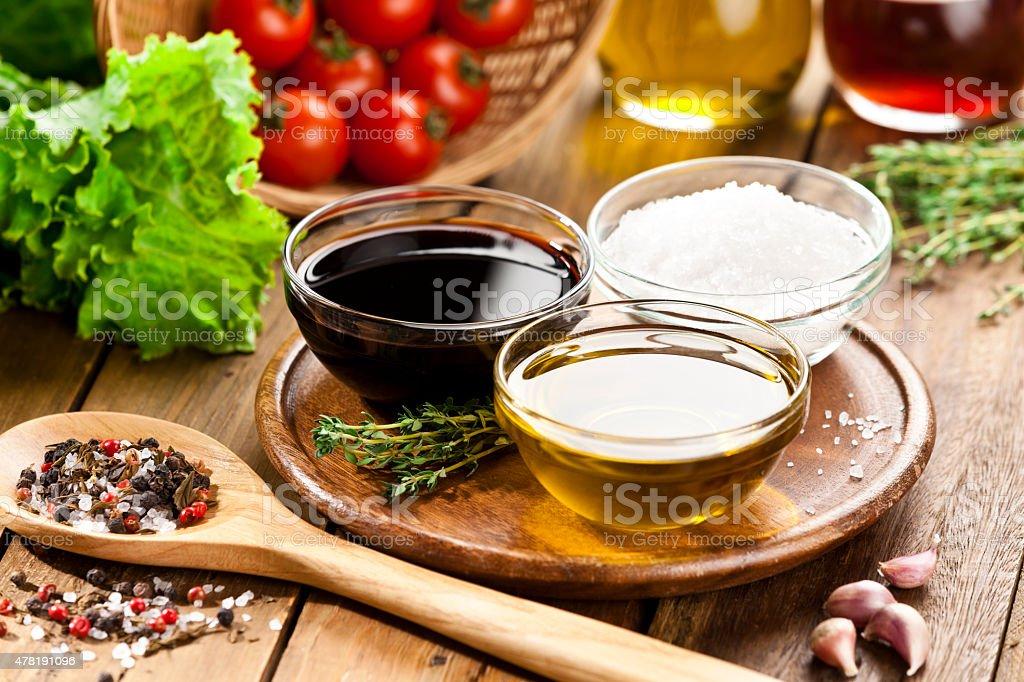 Vinaigrette ingredienti sul tavolo in legno rustico - foto stock