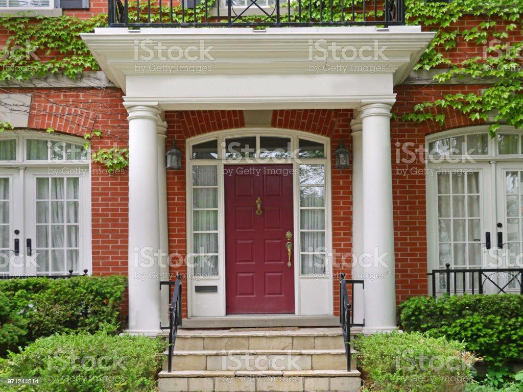 Entrée De Maison Avec Marche photo libre de droit de maison couverte de vigne avec entrée
