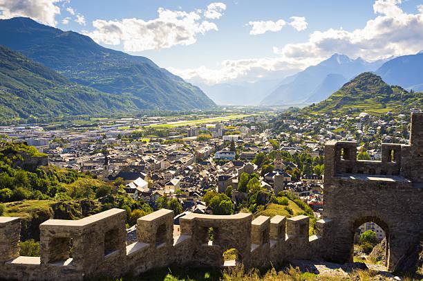 blick auf die weinberge von ruinen von chateau de tourbillon - kanton schweiz stock-fotos und bilder