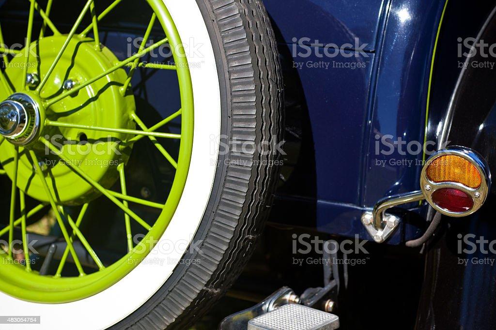 Vintage década de 1920 Automobile detalhe Vista traseira pneu sobressalente verde Rim foto royalty-free