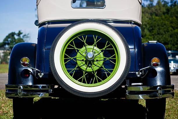 Vintage década de 1920 Automobile Vista traseira pneu sobressalente verde Rim - foto de acervo