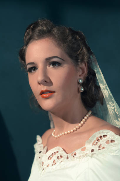 vintage 1940s bride in white dress and pearl necklace. studio head shot. - 1940s style stock pictures, royalty-free photos & images
