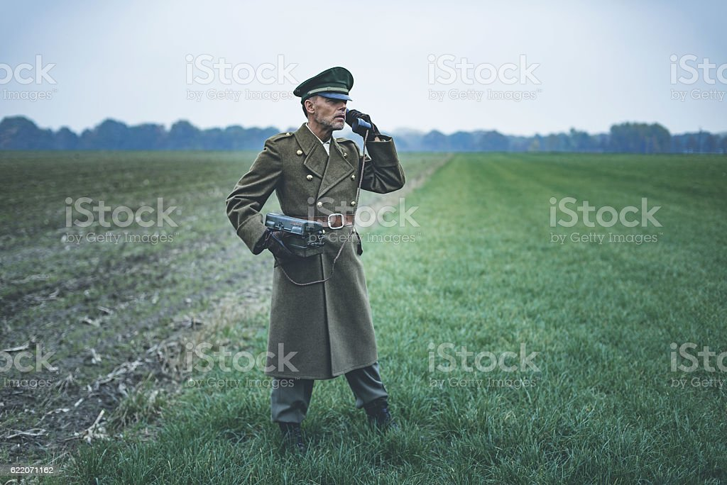 Vintage 1940s military officer calling with field phone. - foto de acervo
