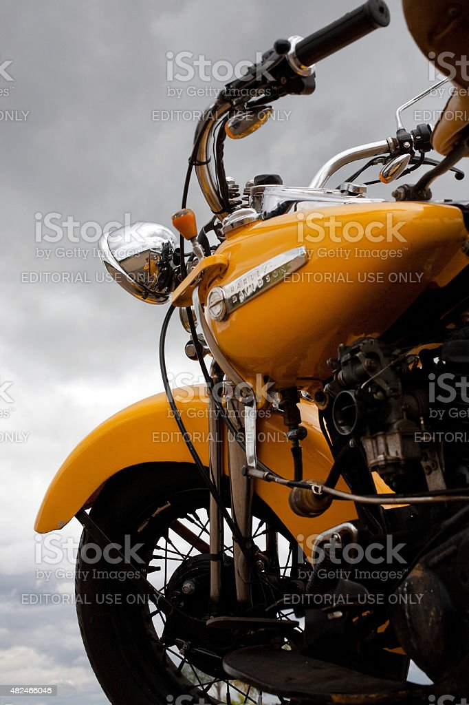Vintage 1947 Amarela Harley-Davidson Knucklehead em condições tempestuosas foto royalty-free
