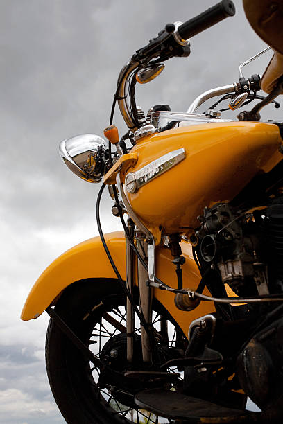 Vintage 1947 Amarela Harley-Davidson Knucklehead em condições tempestuosas - foto de acervo