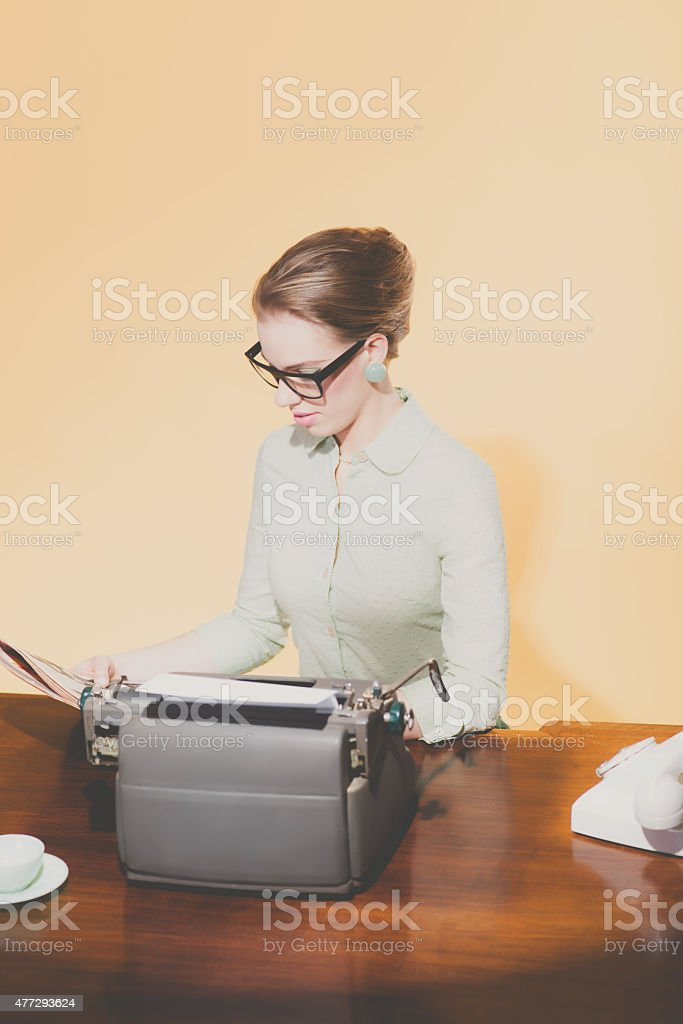 Фото сидит за столом эро секс дрочка