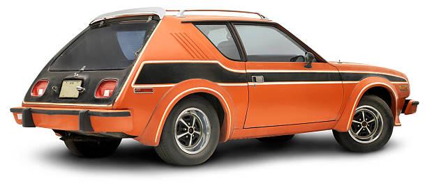 vintage 1978 orange gremlin, isoliert auf weiss - hecktürmodell stock-fotos und bilder