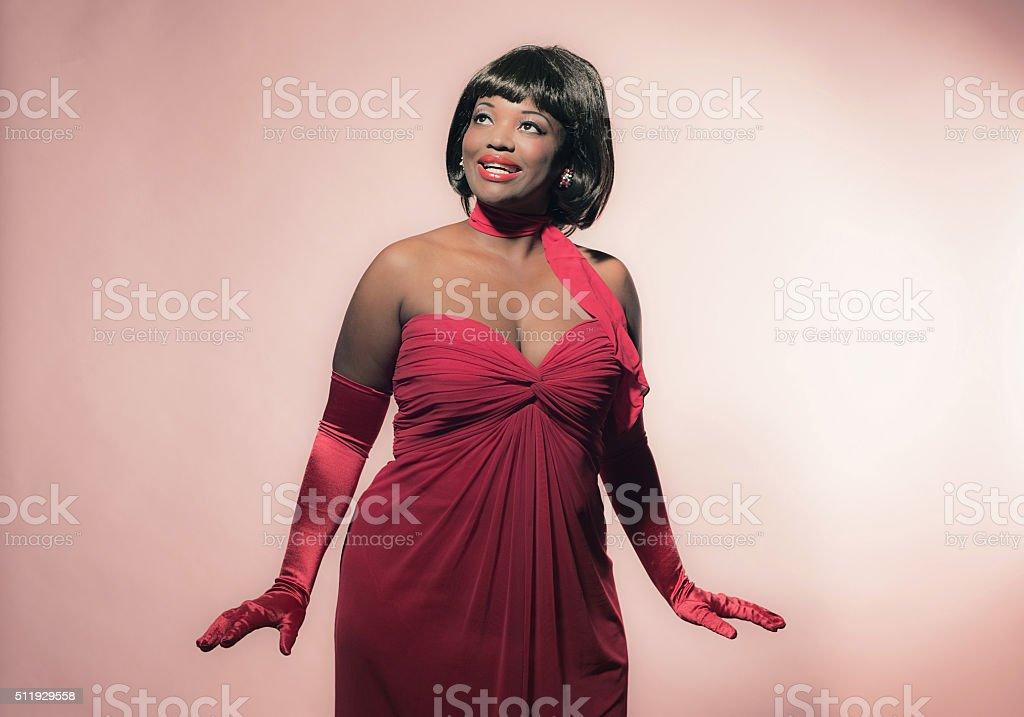 retro 60er jahre mode afrikanische frau im roten kleid mit ein stock fotografie und mehr bilder. Black Bedroom Furniture Sets. Home Design Ideas