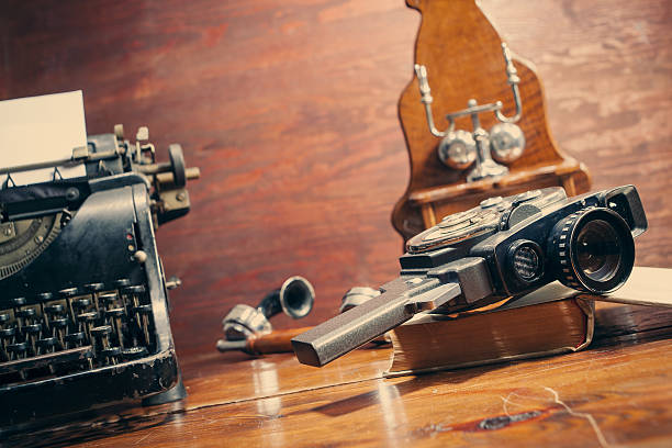 vintage 8 mm-kamera und schreibmaschine - nachrichten video stock-fotos und bilder