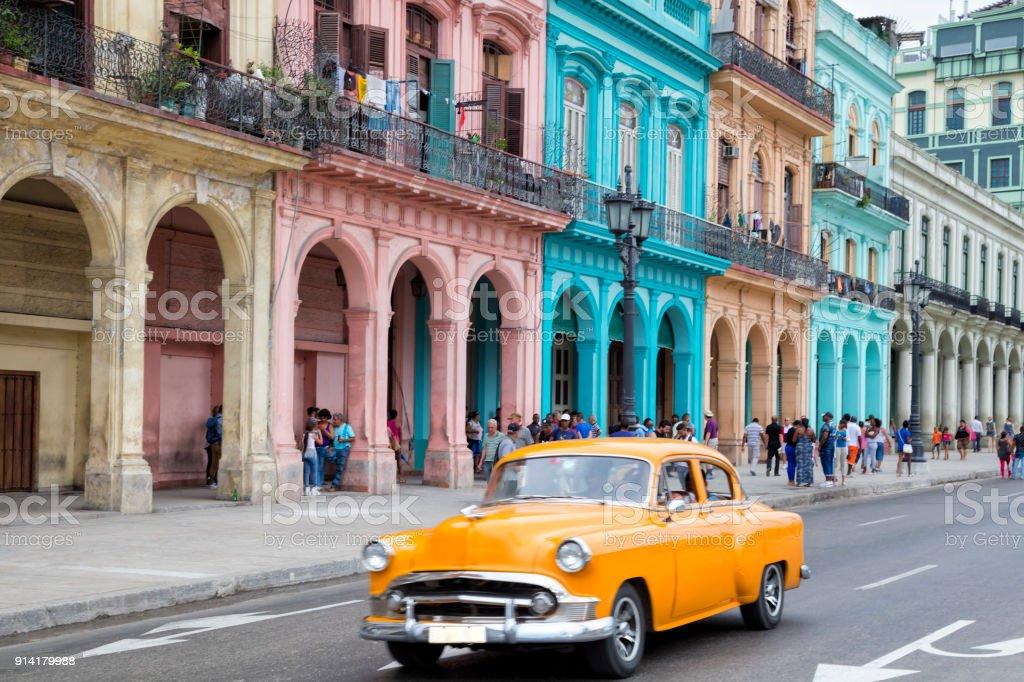 Amerikanische Oldtimer fahren in Havanna Vieja, Kuba – Foto