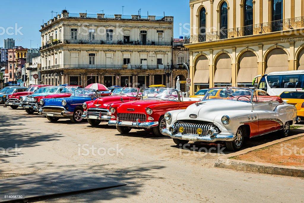 Jahrgang amerikanische Autos geparkt in Havanna, Kuba – Foto