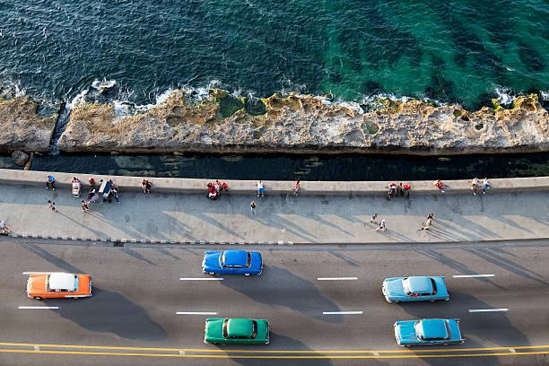 jahrgang amerikanische autos stellen entlang dem malecon in havanna, kuba - urlaub in kuba stock-fotos und bilder